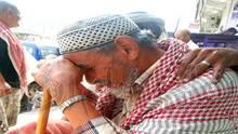 الحاج-سعيد صالح وهو بإنتظار صرف راتبه بجانب بنك الكريمي
