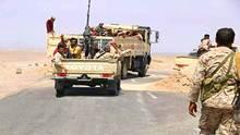 الشرعية بشقرة تنقل 3 معتقلين إلى مأرب مكبلين بالسلاسل