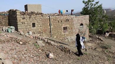جليلة والتي تعمل كقابلة تمشي عبر الجبال الوعرة لساعات لمساعدة النساء الحوامل المستضعفات اللاتي هن في حاجة ماسة للخدمات الصحية في المناطق النائية في محافظة لحج