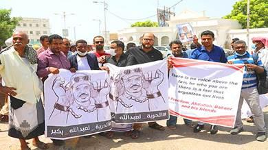 """المكلا.. احتجاج صحفيين للمطالبة بإطلاق """"بكير"""" ورفاقه"""