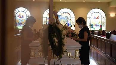 جنازة السيدة ريتا بصبوص، وهي أمريكية من أصل لبناني، بكنيسة سيدة الأرز المارونية في هيوستن بولاية تكساس يوم 12 أغسطس آب 2020.