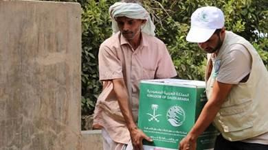 مركز الملك سلمان: 2,000 سلة غذائية للنازحين من صنعاء إلى مأرب