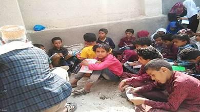 في زمن الحرب.. طلاب يمنيون يدرسون في العراء