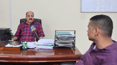 مدير كهرباء عدن يتهم مسؤولًا في الحكومة بإيقاف مرتبات موظفي المؤسسة (فيديو)