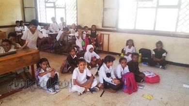طلاب مدرسة أبو حربة بالحسوة يفترشون الأرض