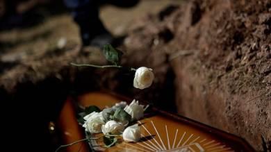 رجل يعود إلى الحياة في إندونيسيا بعد 7 ساعات على دفنه
