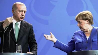 ميركل تطالب إردوغان بوقف العملية التركية في سوريا «فورًا»