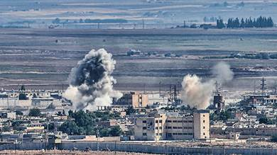 الدخان يتصاعد من مدينة رأس العين الحدودية السورية مع احتدام القتال على طول الحدود في اليوم الخامس من الهجوم التركي في سوريا