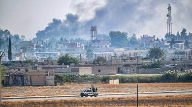صورة التقطت امس من مدينة أكاكالي التركية مقاتلي الجيش الوطني السوري المدعوم من تركيا يقودون شاحنة بيك آب محملة بالمدفعية بالقرب من مدينة تل أبيض السورية الحدودية.