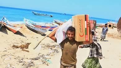 مساعدات غذائية إماراتية لأهالي موشج بالساحل الغربي اليمني