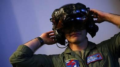 """أمريكا تعالج مشكلة خطيرة في خوذات طياري """"إف- 35"""""""