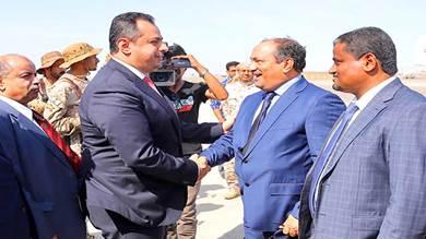 رئيس الوزراء يصل عدن بحماية التحالف والانتقالي