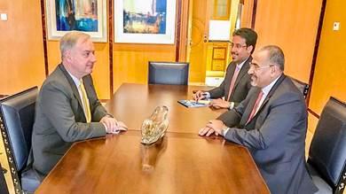 رئيس المجلس الانتقالي الجنوبي عيدروس الزبيدي والسفير الأمريكي لدى اليمن كريستوفر هنزل