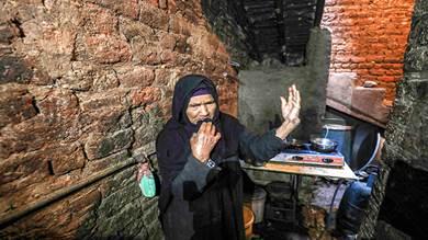 المصرية هانم الزناتي تلمح وهي تتحدث في منزلها في قرية النحية ، وهي واحدة من أفقر البلاد ، في محافظة أسيوط بوسط مصر