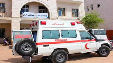 مركز الملك سلمان يرفد مستشفى الشحر بسيارة إسعاف