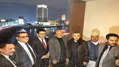 صورة تجمع علي محسن الأحمر وسلطان البركاني ومحمد مارم وآخرين في القاهرة أمس بعد عودة الأول من زيارته لمدريد