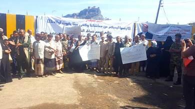 وقفة احتجاجية لمنتسبي الداخلية أمام قصر معاشق