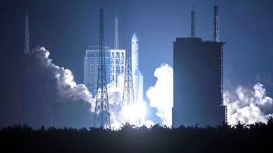 """الصين تطلق صاروخ الفضاء القوي """"لونغ مارش -5"""""""