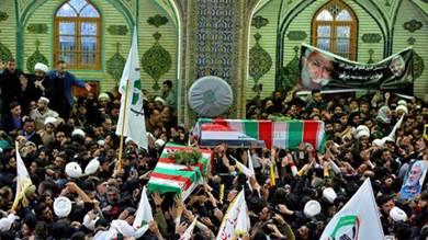 عرب يبكون سليماني.. والإيرانيون يمزقون صوره