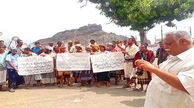 محتجون من اللواء الثاني مشاة بحري يطالبون برواتبهم المحتجزة في مأرب