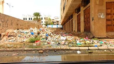 تكدس القمامة والمخلفات البناء في حي عبدالعزيز