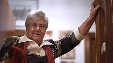 مرسيدس اثيتونو  81 عامًا ، تقف على باب منزلها في مدريد