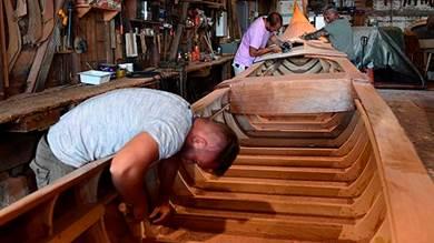 صناع قوارب الجندول يعيشون «أياماً قاتمة»