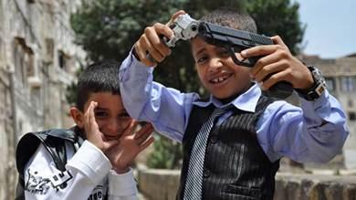 ألعاب أطفال اليمن تحاكي واقعهم