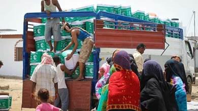 توزيع 350 سلة غذائية للنازحين المتضررين من السيول في البريقة