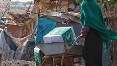 مركز الملك سلمان يوزع 359 سلة غذائية لمتضرري السيول بعدن