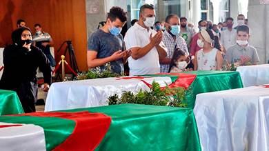 آلاف الجزائريين يلقون النظرة الأخيرة على رفات المناضلين ضد الفرنسيين