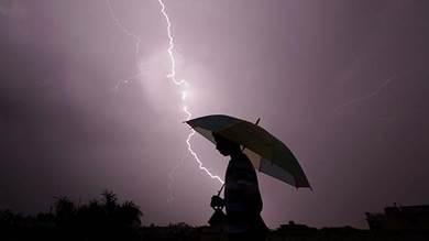 خلال عاصفة رعدية مسائية في جامو، الهند