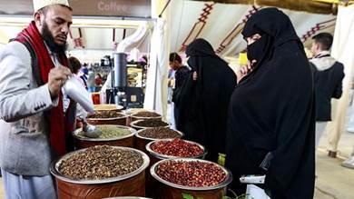 مجموعة متنوعة من حبوب البن الطازجة والمحمصة معروضة في صنعاء ، يتم عرض مجموعة متنوعة من حبوب البن الطازجة والمحمصة في حدث تم تنظيمه في يوم القهوة العالمي في صنعاء