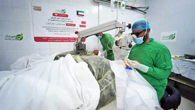 مخيم جراحي مجاني بالمكلا يعيد البصر لـ500 مريض