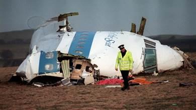 صورة أرشيف ملتقطة في 22 ديسمبر 1988 تظهر شرطيا يسير قرب حطام قمرة قيادة طائرة تابعة لشركة بانام التي انفجرت فوق لوكربي في اسكتلندا