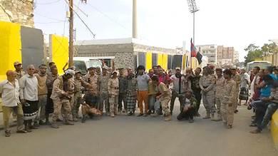وقفة احتجاجية لمنتسبو الأمن والجيش أمس أمام مبنى البنك المركزي بعدن