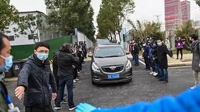 وصول موكب سيارات خبراء منظمة الصحة العالمية إلى مستشفى جينينتان في ووهان بمقاطعة هوباي وسط الصين، في 30 يناير