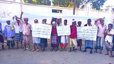 وقفة احتجاجية للمبعدين قسرا بأبين حملوا فيها الأكفان على الرؤوسهم