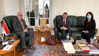 سفير اليمن بفرنسا يبحث مع منظمة دولية تحسين النمو الاقتصادي
