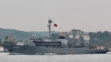 سفينة الأبحاث التركية تشيشمي في البوسفور (رويترز)
