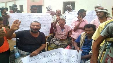 معاقو محتجون بخنفر يطالبون بإسقاط رئيس جمعيتهم