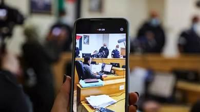 سيدة تصور وقائع محكمة نابلس في الضفة الغربية المحتلة في 21 فبراير