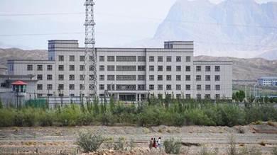 منشأة يعتقد أنها معسكر لإعادة التأهيل السياسي في منطقة شينجيانغ الصينية