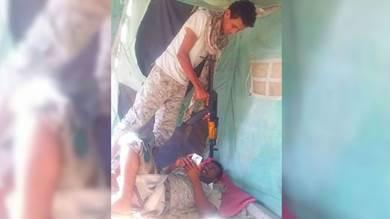 صورة تظهر جنديا بالمهرة يمازح زميله بالسلاح