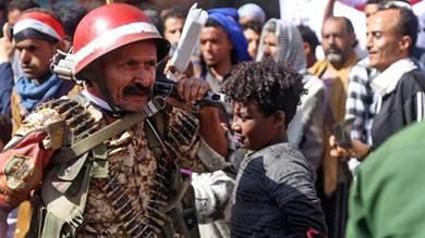 يمنيون يشاركون في تجمع لإحياء الذكرى العاشرة لانتفاضة الربيع العربي 2011 التي أطاحت بالرئيس السابق علي عبد الله صالح، في تعز في 11 فبراير شباط 2021.