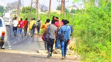 جموع من المهاجرين الأفارقة غير الشرعيين في طرقات لحج