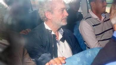 البريطاني كريستيان ميشال جيمس (وسط) أثناء مغادرته محكمة محلية في نيودلهي في 05 ديسمبر 2018