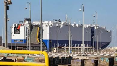 """سفينة الشحن الإسرائيلية التي ترفع علم باهاماس """"أم في هيليوس راي"""" في ميناء راشد في دبي"""