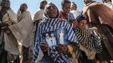 نساء يبكين على ضحايا مجزرة يشتبه أن جنودا أريتريين ارتكبوها في قرية دينغولات في تيغراي