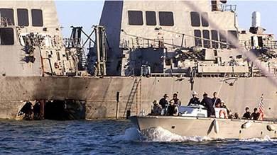 """صورة لحادثة تفجير المدمرة الأميركية """"يو إس إس كول"""" في 12 أكتوبر 2000م، بميناء عدن اليمن"""